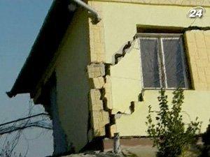 Глыбы земли повредили полсотни домов