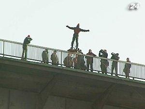 Деды морозы-экстремалы прыгали с 40-метрового моста