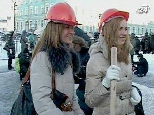 Девушки решили дать мастер-класс борьбы со снежными заносами