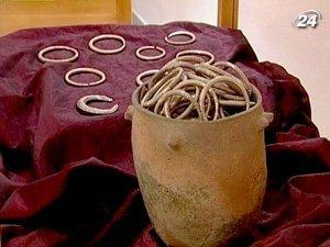 Среди ценных находок - около 30 браслетов, ожерелье, оружие, фрагменты доспехов