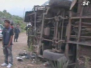 Пассажирский автобус упал в пропасть