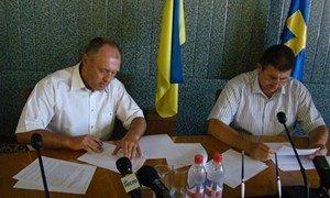 Александр Удовиченко и Александр Мамай подписывают меморандум