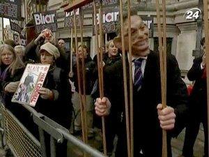 Выразить свое недовольство деятельностью Блэра на посту премьера пришли около сотни британцев