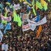 Митингующие обещают революцию