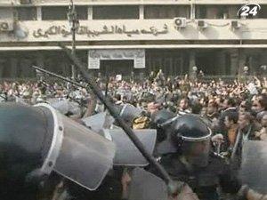 Тысячи людей вышли на демонстрации, требуя отставки Хосни Мубарака