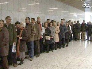 В Греции около станции метро сформировались длинные очереди