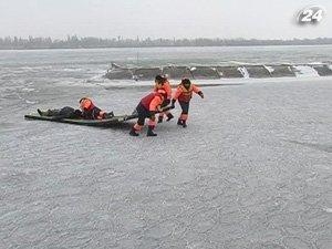 Бойцы МЧС тренировались спасать людей, провалились под лед