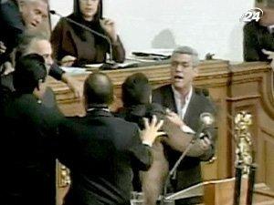 Спор в венесуэльском парламенте перерос в драку