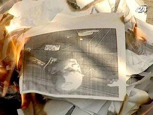 В знак протеста участники акции сожгли фото чиновника