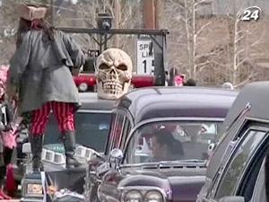 Во время фестиваля устраивают парад гробов и зомби