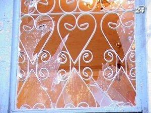 В отделе милиции разбитое стекло в окнах