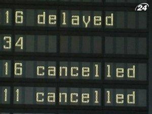 За сильных снегопадов отменены сотни авиарейсов