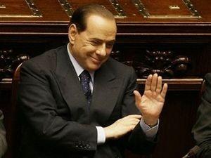 Сильвио Берлускони и его рука