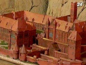 Юный умелец создает из картона миниатюрные копии объектов