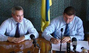 Александр Удовиченко и Владимир Мысык подписывают меморандум