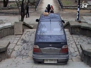 Таксист заехал на лестницу в центре Симферополя