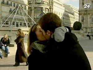 Влюбленные обмениваются поцелуями