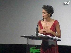 Американские кинокостюмеры наградили актрису Хелли Берри