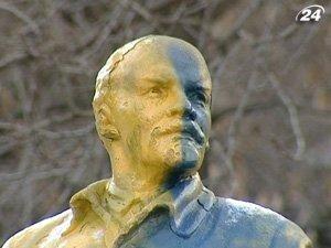 Памятник Ленина раскрасили в желто-голубые цвета
