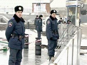 На Майдане Незалежности, перекрытом со всех сторон щитами и окруженном милицией, устанавливают новогоднюю елку