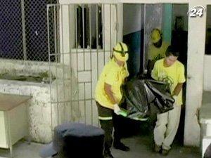 В результате пожара в тюрьме погибли по меньшей мере 16 человек