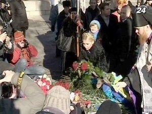 Помимо политиков цветы к памятному знаку принесли простые украинский