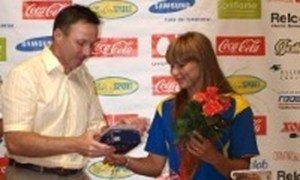 Андрей Матковский вручает Марии Кичасовий памятный подарок-камера