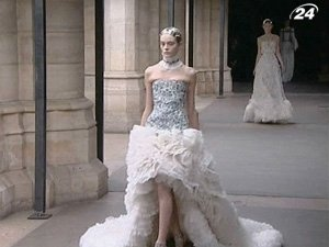 Для бренда Alexander McQueen свою коллекцию представила Бертон