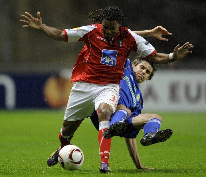 SC Braga's Forward Brazilian Alan Silva (L) Vies