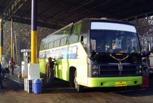 Автобус с рекламой на боковой части