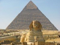 Сфинкс на фоне пирамиды