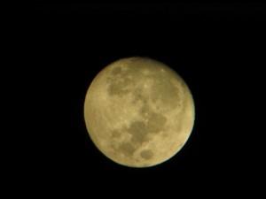 Вид Луны через домашний телескоп
