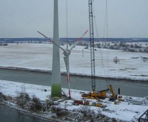 Монтаж ветряной турбины в Германии