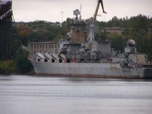 """Ракетный крейсер """"Украина"""" у стенки завода им. 61 Коммунара 1 октября 2009 года"""