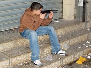 Мальчик с игрушечным пистолетом
