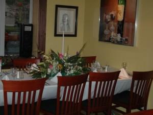Зал, оформленный цветами и картинами