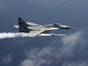 МиГ-29 запускает ракету Р-27