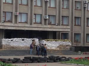 Забаррикадированное здание исполкома в Славянске. Фото - Aleksandr Sirota (Александр Сирота)