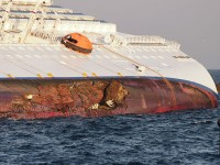 Лайнер Costa Concordia после кораблекрушения. Фото - Rvongher