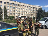 Бойцы Национальной Гвардии на фоне горсовета Славянска. Фото - Аваков
