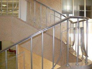 Лестница с металлическими перилами. Фото - Andreas Praefcke