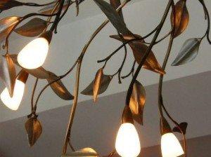 Светильник в форме ветви дерева