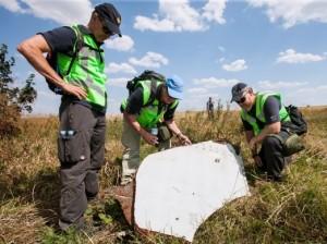 Исследование обломков самолета рейса MH-17 офицерами полиции Нидерландов и Австралии. Фото - Ministerie van Defensie