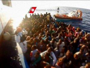 Лодка с мигрантами. Фото 5 канала