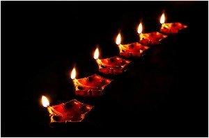 Праздник огней Дивали. Фото Ramnath Bhat (Flickr: Diya necklace) [CC BY 2.0]